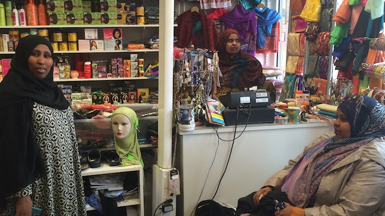 Farxiya, Amina Ali och Faduma driver slöjbutik i Vivalla centrum i Örebro.