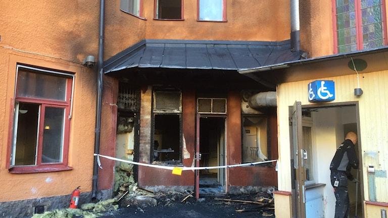 Branden spreds från en parkerad bil till hotellet.