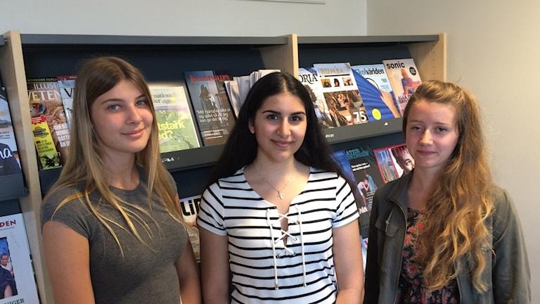 Emelie Andersson, Elena Josefsson och Martina Eriksson på Karolinska gymnasiet.
