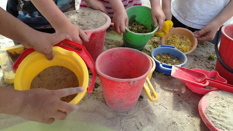 Barnen leker i sandlådan på Norrgårdens förskola i Kumla.