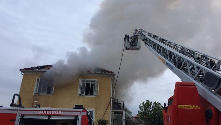 Svårsläckt brand på Leksandsgatan i Kumla. Huset kommer troligen få rivas tror räddningstjänsten.