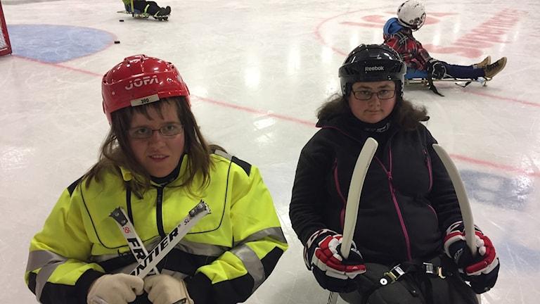 Anna Eriksson och Maja Lundin provade på kälkhockey i Lindehov i Lindesberg på söndagen.