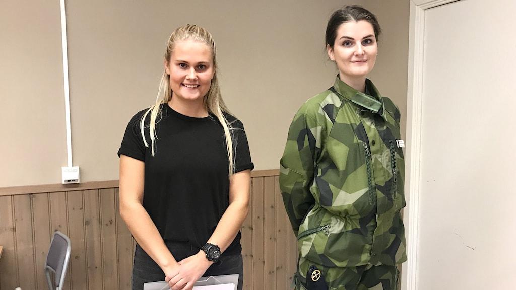 Bild på Maja Adam som ska påbörja sin utbildning till gruppchef inom Försvarsmakten och till höger står Emma Nord som är rekryteringskordinator.