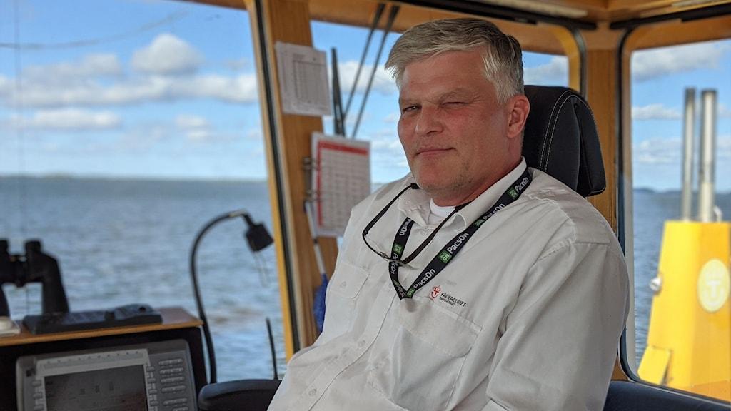 Magnus Johansson sitter i förarhytten på Vinöfärjan.