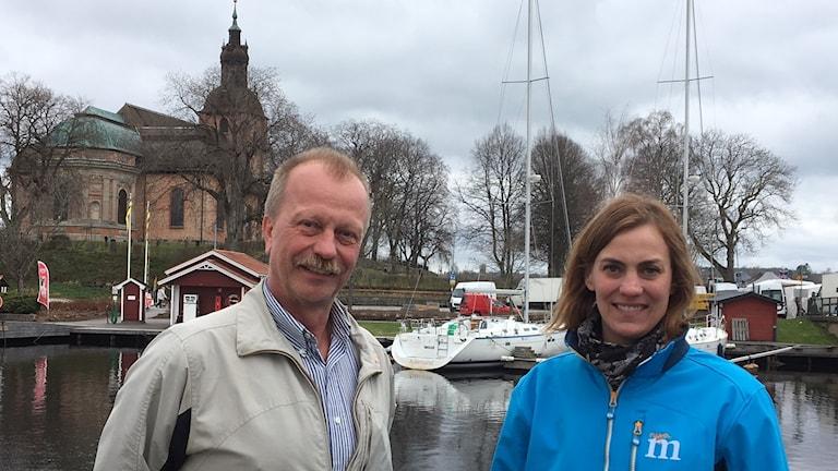 Per Eriksson, S och Caroline Dieker, M framför Landskyrkan i Askersund.
