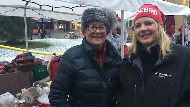 Marie Kilhed och Josefin Jadling som besökte torghandeln på Stortorget på lördagen.