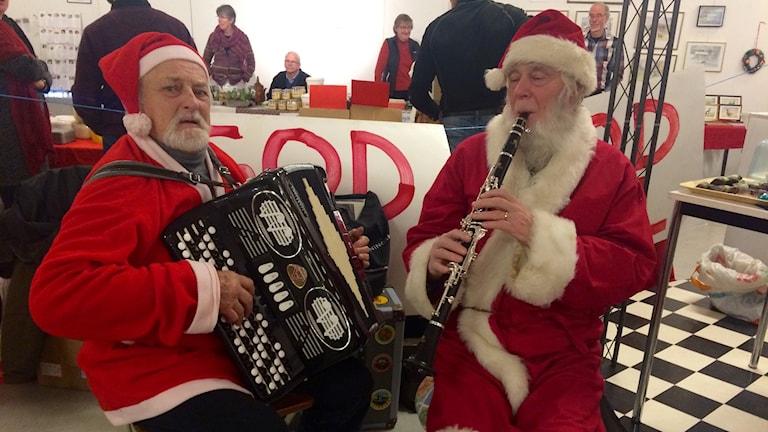 Thure Larsson och Åke Olsson var i Frövi och tomtade och spelade julmusik.