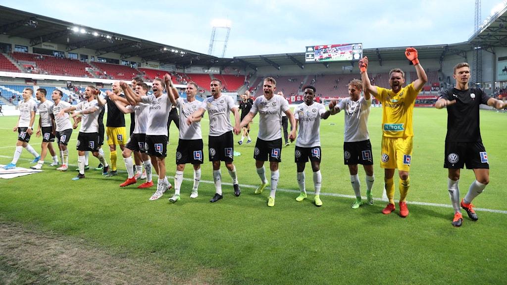Örebros fotbollslag hurrar mot publiken