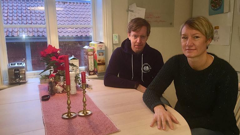 Caroline och Erik vid köksbordet.