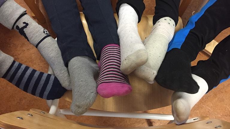 Alvin, Tilda, Maja och Kenneth visar upp sina sockor.