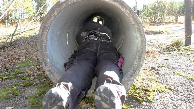 Hans Andersson som har klaustrofobi ska krypa in i en trång trumma