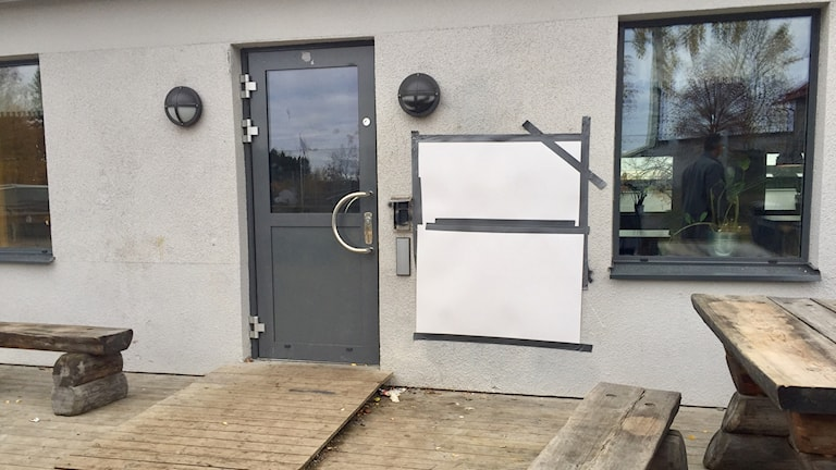 Skolpersonalen har tejpat över hakkorsen som har klottrats på byggnaderna Lillåns skola.