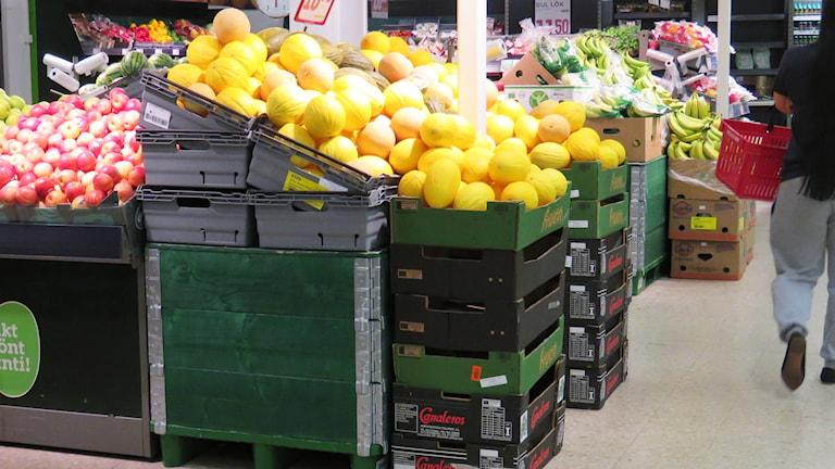 Frukt och grönt i en matbutik.