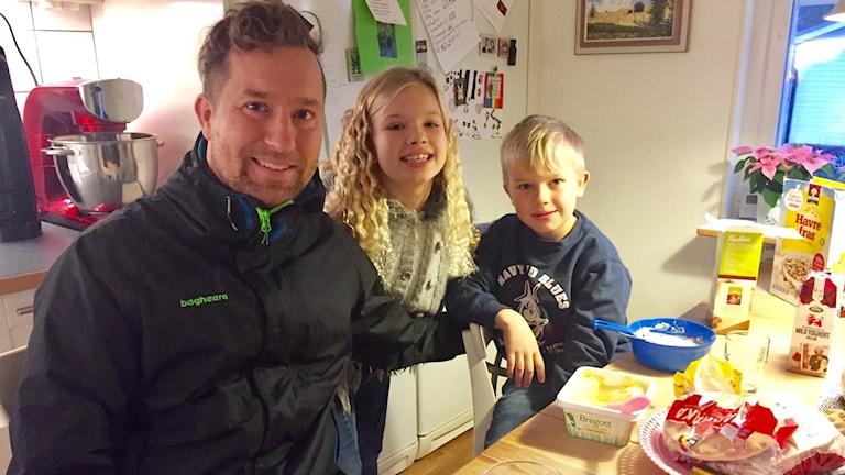 Håkan Carlsson med barnen Alma och Ture hemma vid köksbordet i Örebro.