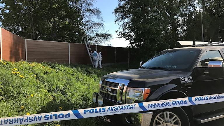 Polisens tekniker arbetar med mordet i Hjärsta.