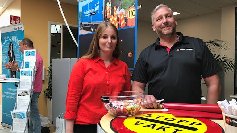 Markus Haglund med Isabelle Ermeryd på arbetsförmedlingens mässa för att rekrytera sommarjobbare.
