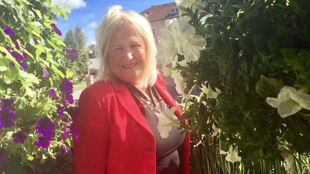Ann-Cathrine Eriksson på sin blommande balkong.