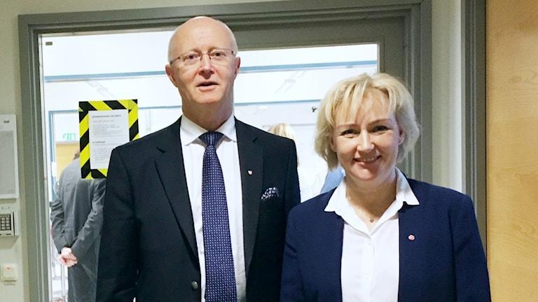 Örebro universitets rektor Johan Schnürer tillsammans med Högre utbildnings och forskningsministern Helene Hellmar Knutsson (S).
