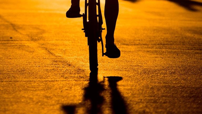 En man på en cykel.