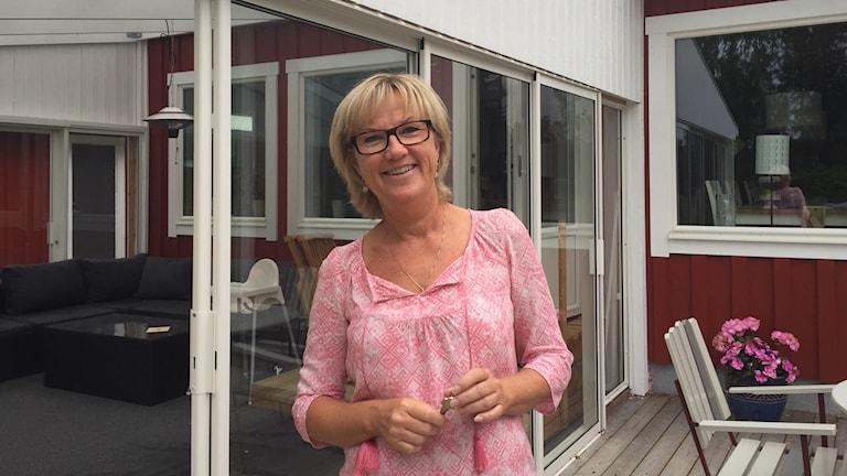 Annika Scharnke vid sin sommarstuga i Bosjön utanför Frövi.