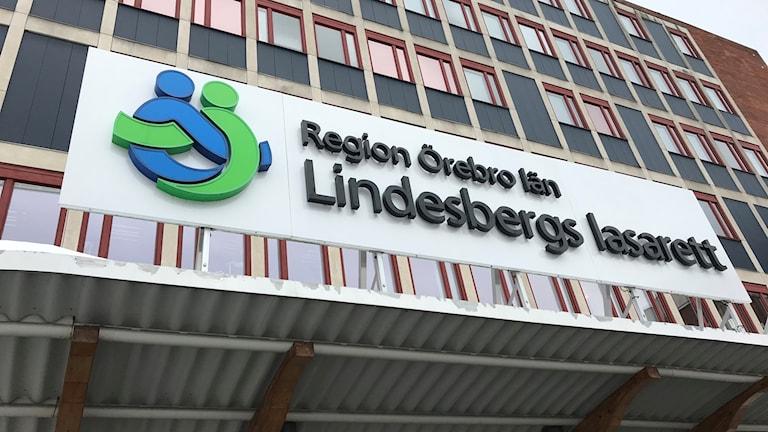 Skylten över huvudentrén till Lindesbergs lasarett