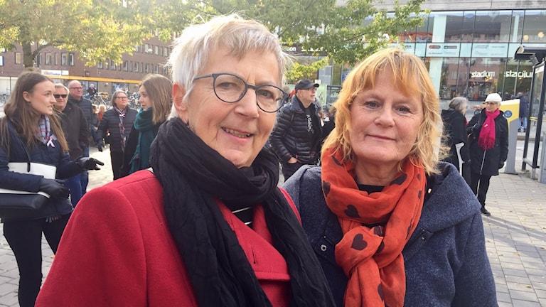 Lena lännenmäki och Simone Magnusson var två av dem som visade sitt stöd under manifestationen #metoo på Våghustorget i Örebro.