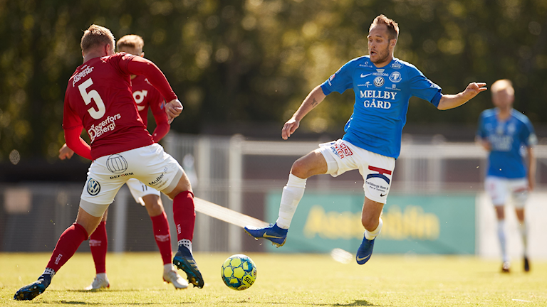 Trelleborgs Zoran Jovanovic möter Degerfors Marcus Astvald under lördagens fotbollsmatch i Superettan mellan Trelleborgs FF och Degerfors IF på Vångavalllen.