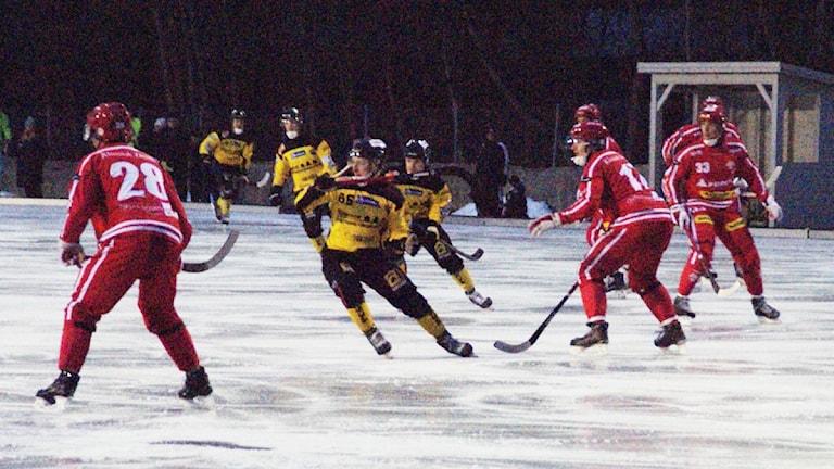 Matchsituation mellan Nitro/Nora och ÖSK. Foto: Lasse Hellstrandh/Sveriges Radio