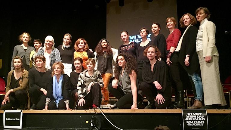 Dessa 19 kvinnliga skådespelerskorna läste upp vittnesmål i Örebro på söndagskvällen.