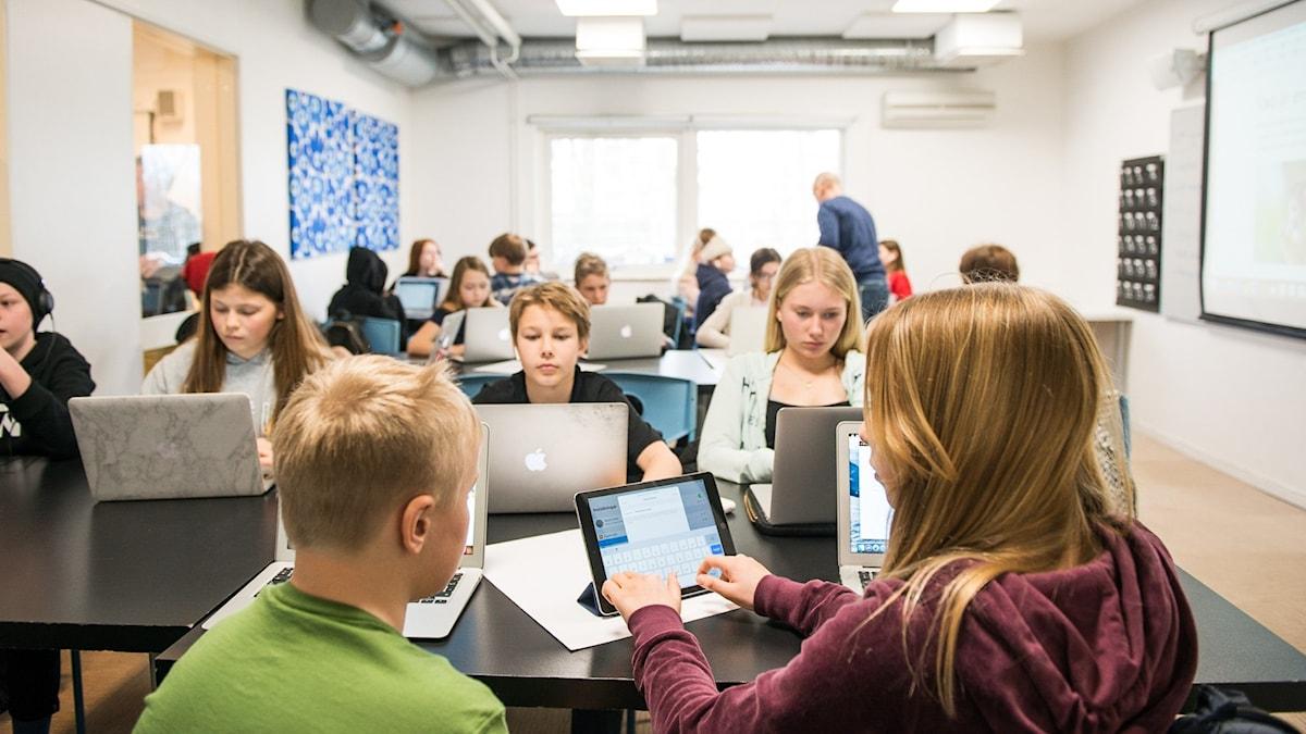Elever i ett klassrum framför datorer. Foto: Alexander Olivera/TT