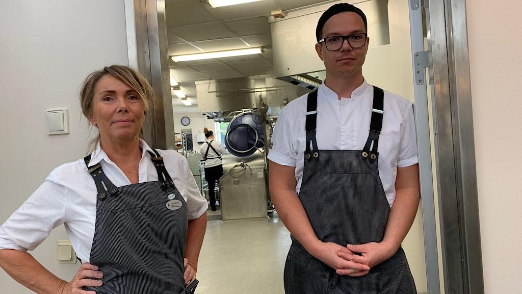 Bild på kökschefen Lena Sjöqvist och förstekocken Martin Strömberg i sitt kök på Tullängsgymnasiet.
