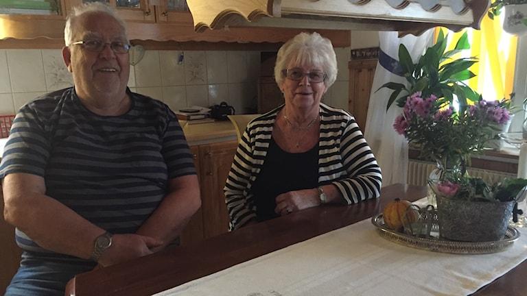 Ivar Larsson och Elvy Multanen är hemma vid köksbordet igen efter sprängningen.