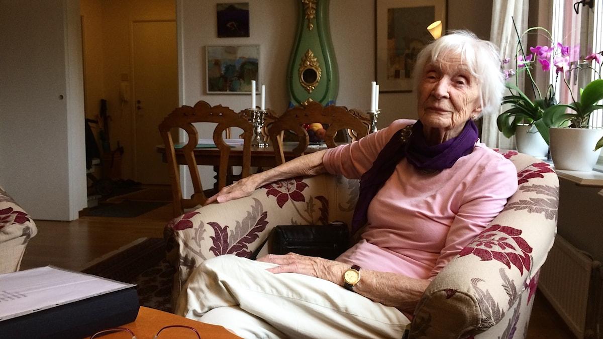 Maidie Ward, 99 år, sitter i sin fotölj
