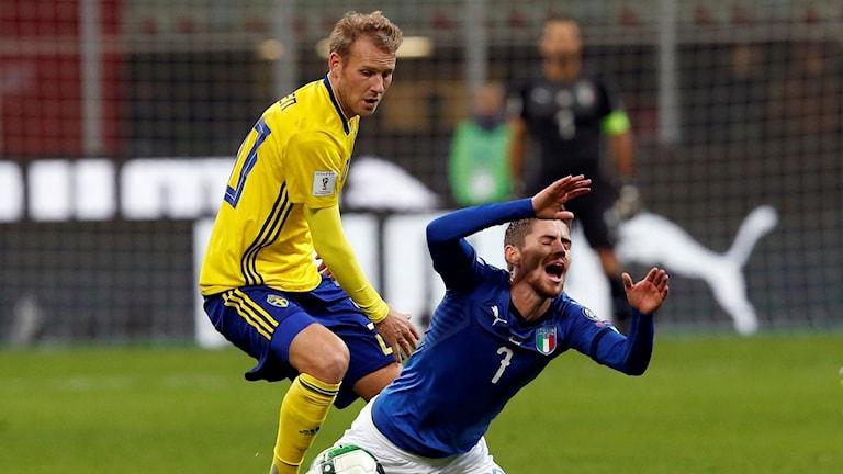 Ola Toivonen och  Jorginho, Italien i kvalmatchen.