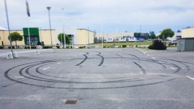 På parkeringen där träffarna brukar vara syns brännmärken efter bilar i asfalten.
