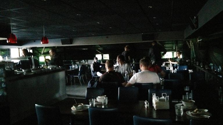 I Backahallen vid Ladugårdsängen fick människor äta mat med ficklampa.