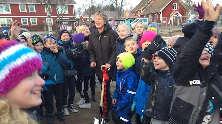 Läraren Lena-Mari Eskelinen och eleven Signe Axelsson tog första spadtaget till nya skolan i Åbytorp.