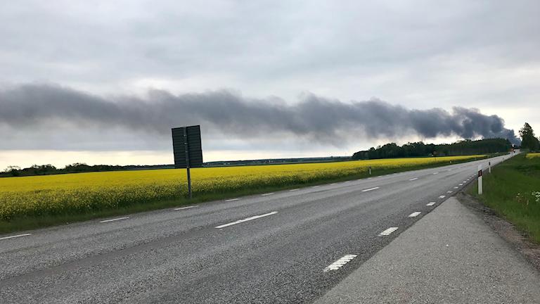 Röken från branden på avfallsanläggningen rör sig mot Kävesta och Sköllersta.