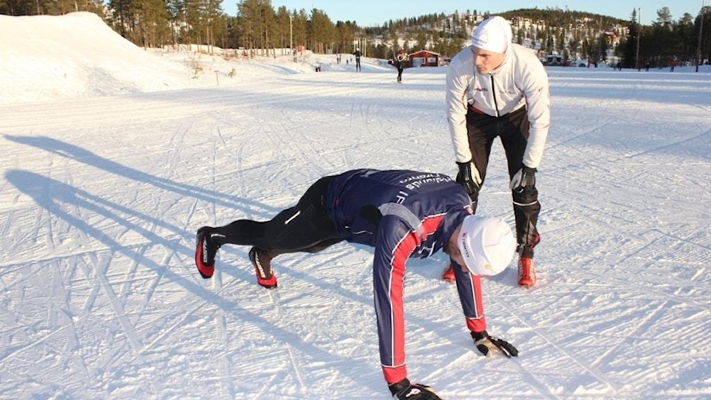 Skidåkaren Erik Svensson staktränas av Vasaloppscoachen Håkon Breistrand