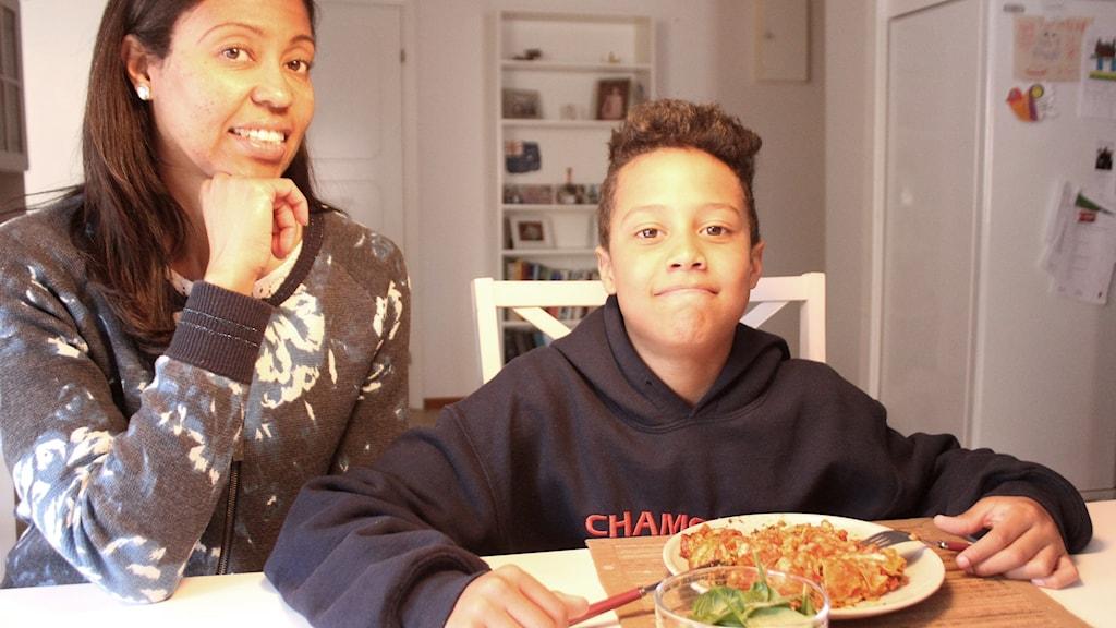 Mamma Bella och 11-årige Isak.