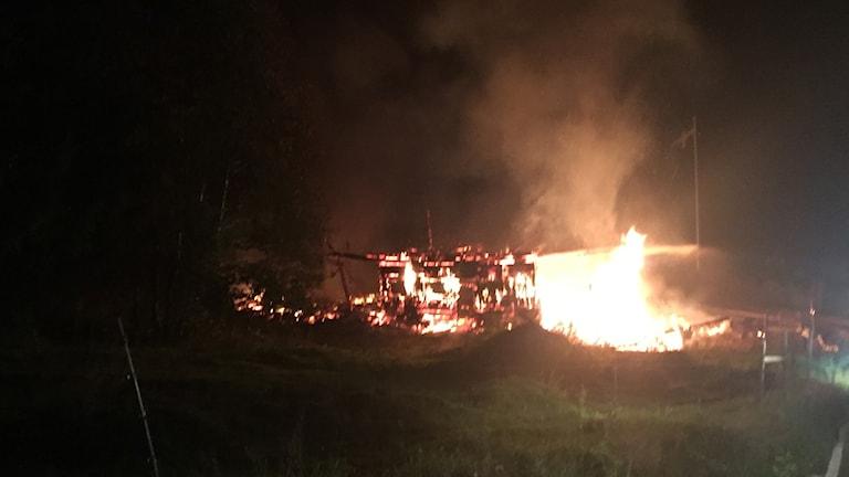 Ladugård i Pansartorp brann ned till grunden.