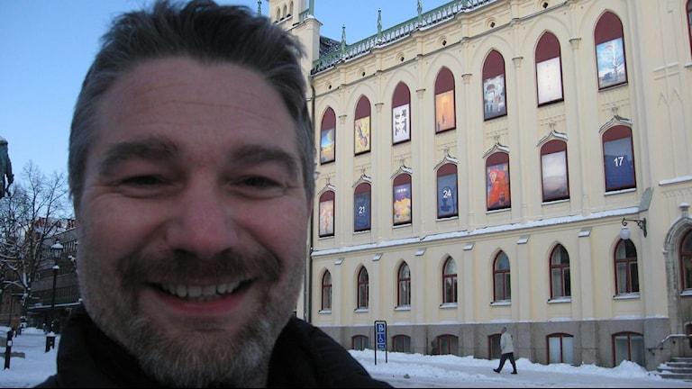 Richard Kenneth framför rådhuskalendern. Foto: Gabriel Stenström/SR.