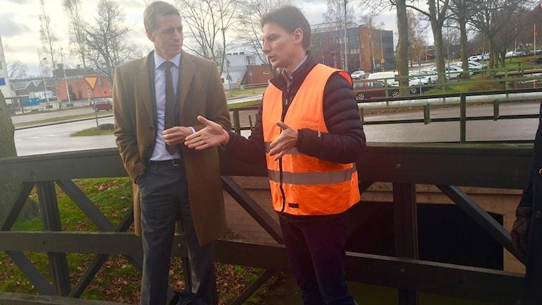 Per Bolund (MP) vid översvämningsområdet i Hallsberg. Kommunens tekniska chef Niklas Hasselwander i orange väst.