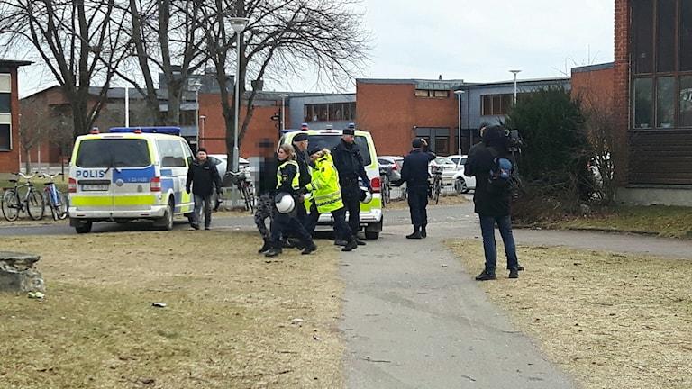Stor polisinsats vid Alléskolan i Hallsberg.