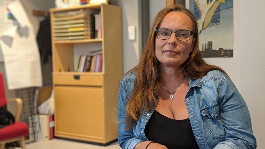 Sanna Aila Gustafsson som är enhetschef på Eriksbergsgården sitter på sitt kontor.