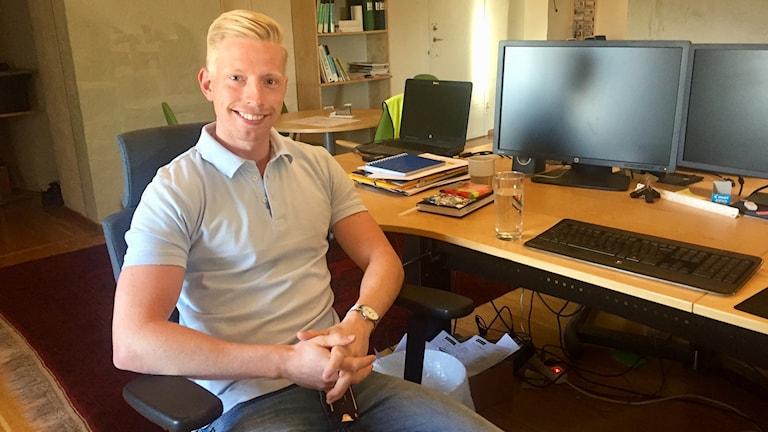 Martin Johansson vid sitt skrivbord på kontoret i Örebro.