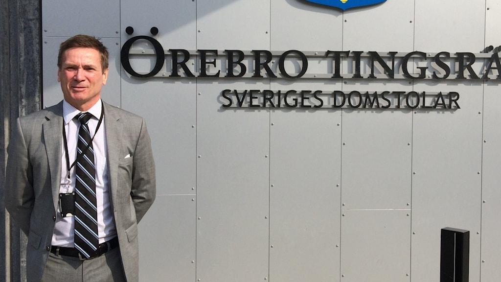 Björn Lindén framför Örebro Tingsrätt
