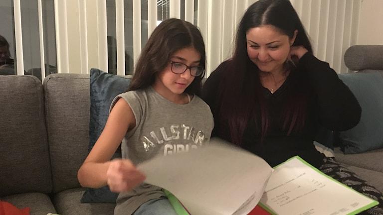 Amanda Rofa har läser sitt modersmål kaldeiska. Den här terminen har hon inte varit på enda lektion i sitt modersmål eftersom den börjar innan den övriga skoldagen slutat, berättar Amandas mamma Narmanda Oud.
