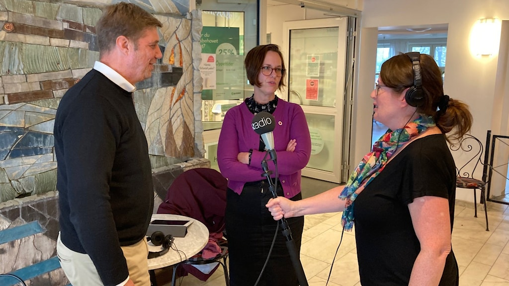 Pär-Ove Lindqvist (M) och ansvarigt regionråd Karin Sundin (S) har olika uppfattningar om fråga.
