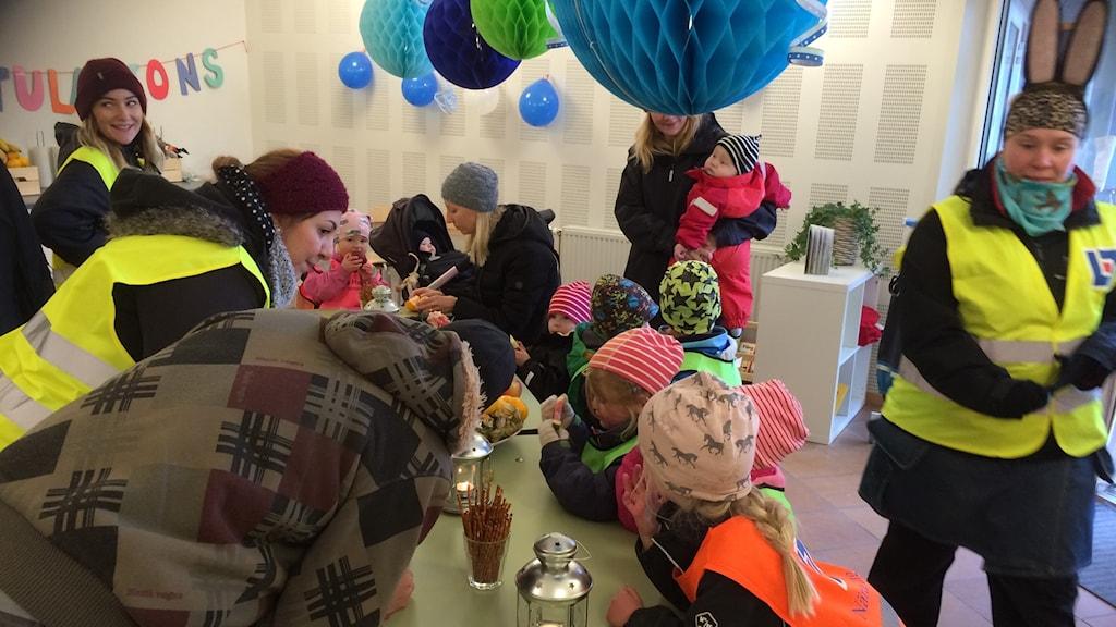 Barnen fikar under invigningen av Blå husets förskola i Kumla.